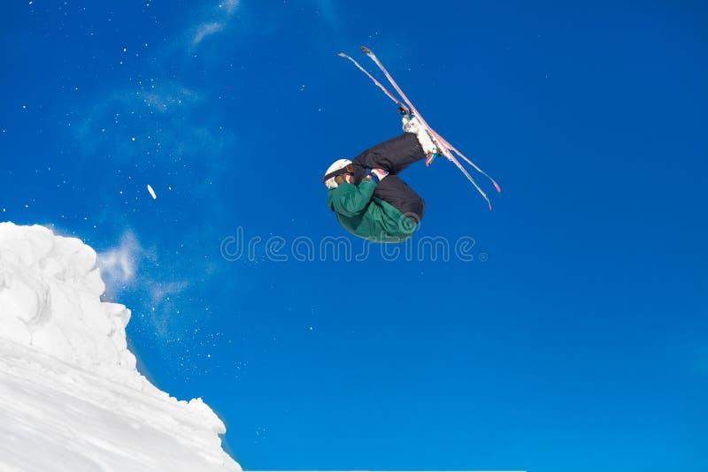 Skispringen in die schneebedeckten Berge lizenzfreie stockfotos