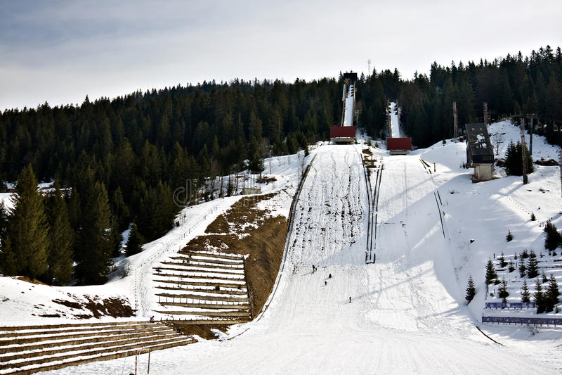 Skisprungkontrollturm am Berg lizenzfreies stockbild