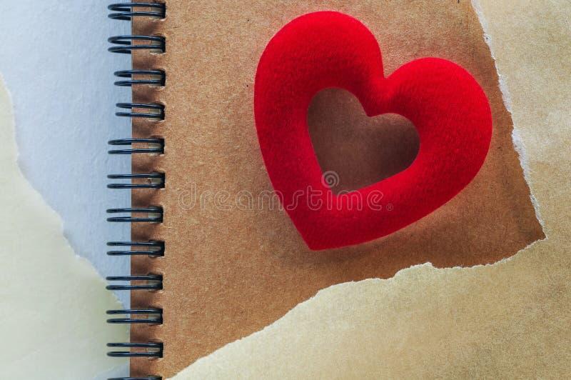 Skissa boken med röd hjärta på vitbokbakgrund royaltyfri bild