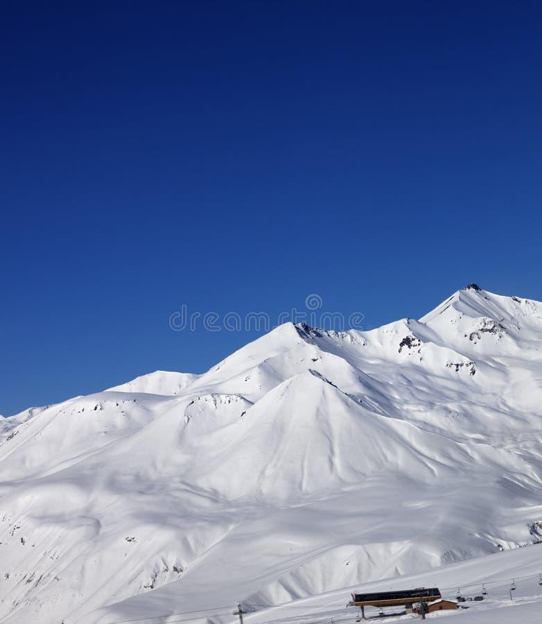 Skisteigung am schönen sonnigen Tag lizenzfreie stockfotos