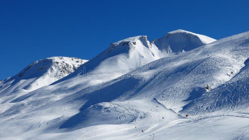 Skisteigung und -berg lizenzfreie stockfotografie