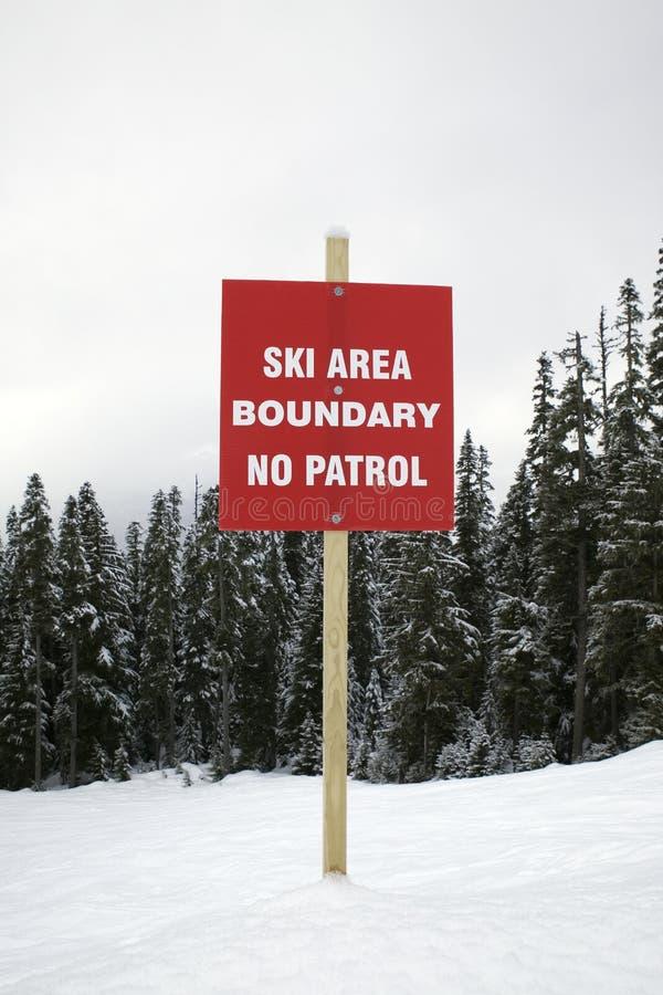 Skisteigung-WARNING ohne Patrouille. stockfotos