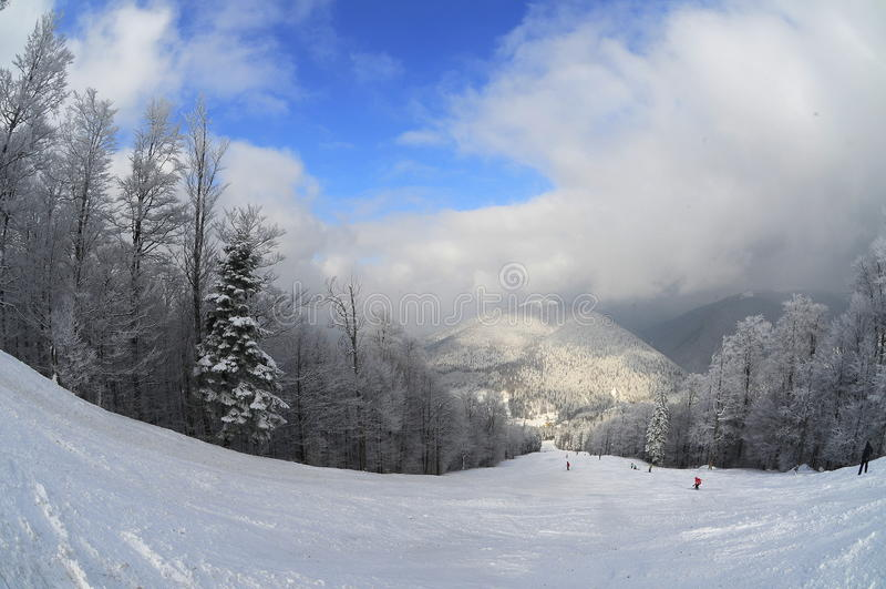 Skisteigung (Wintergebirgslandschaft) lizenzfreies stockfoto
