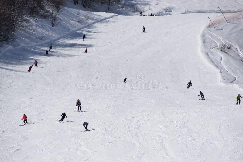 Skisteigungen und -Skifahrer lizenzfreie stockfotografie