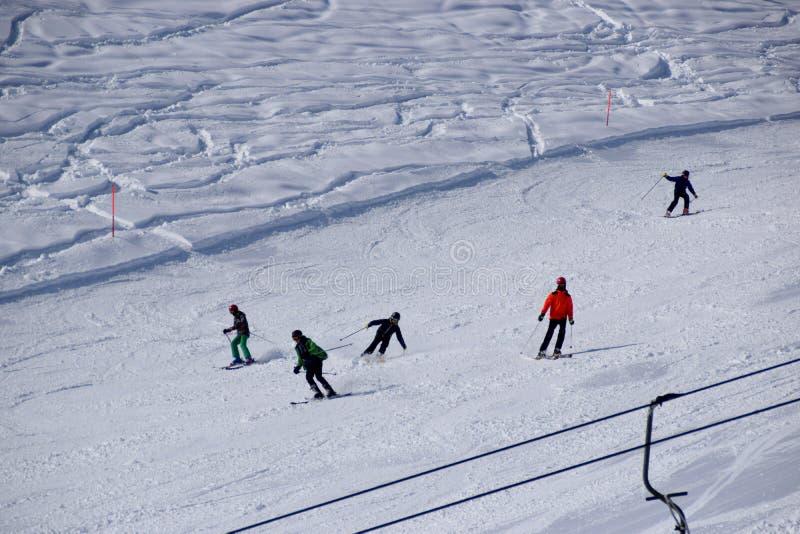 Skisteigungen und -Skifahrer lizenzfreie stockfotos