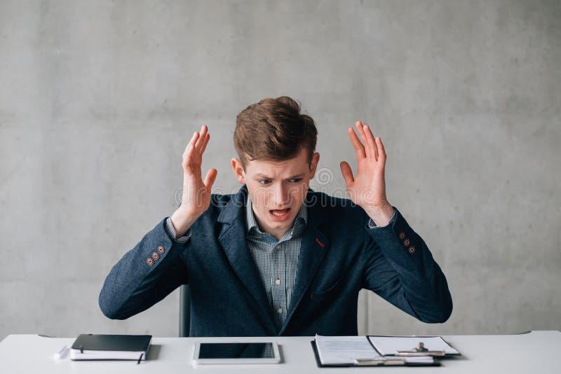 Skitförbannad ung kontorsarbetare som handlar problem arkivfoton