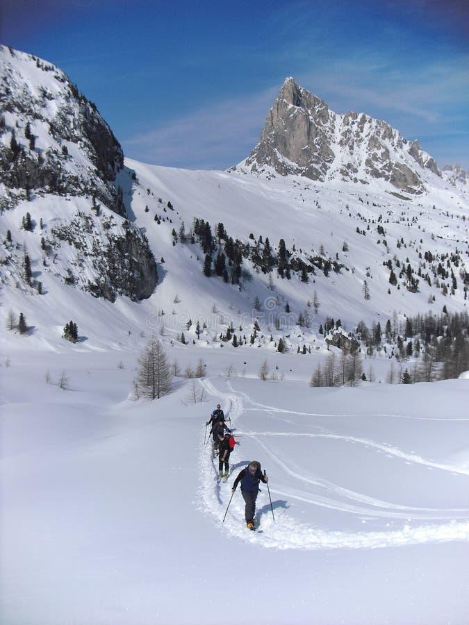 Skitourers nelle dolomia immagini stock