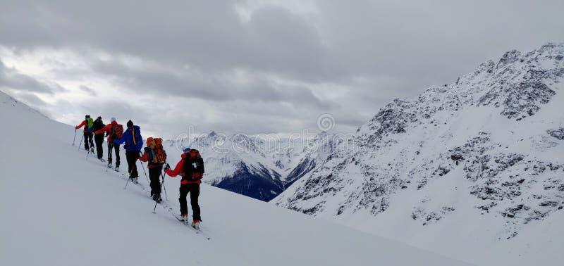 Skitouring em Suíça imagens de stock