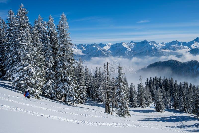 Skitouring en las montañas de Allgaeu cerca de Oberstdorf en un día hermoso del azulejo en invierno imágenes de archivo libres de regalías