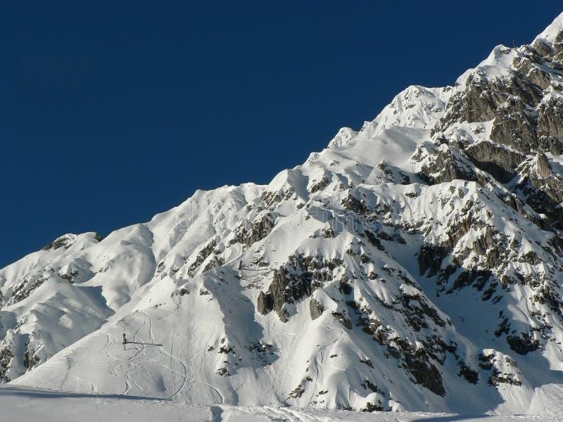 Skitracks à la neige neuve photo stock