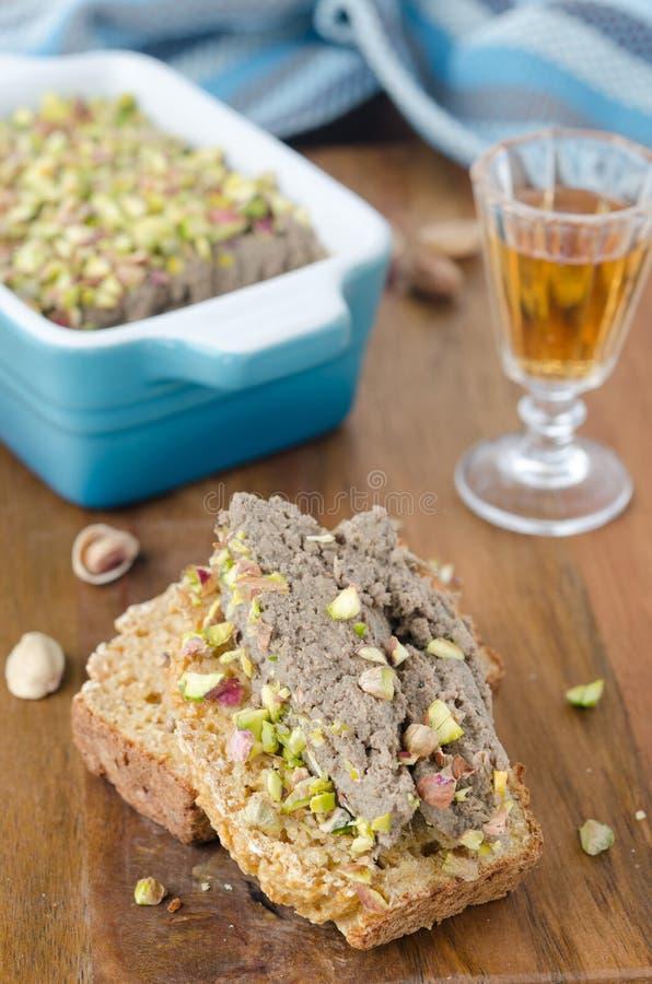 Skiva av bröd med fega leverpateos arkivfoton