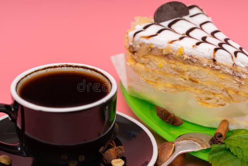 Skiva av den i lager ljusbruna kakan med espressokaffe royaltyfria bilder