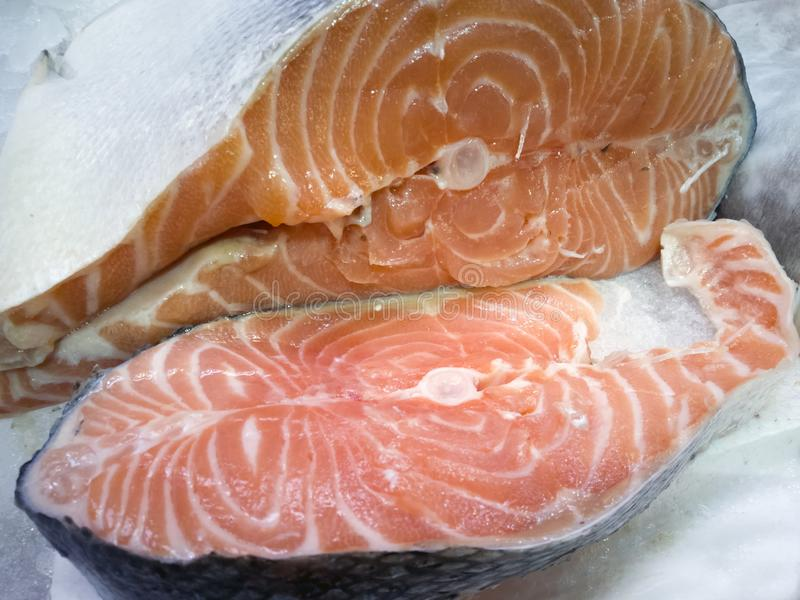 Skiva av den nya laxen i fiskmarknaden royaltyfri bild