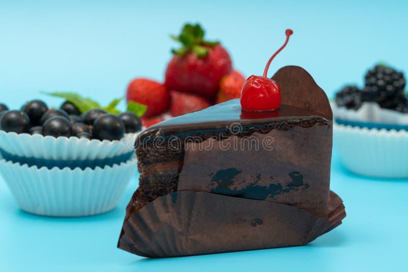 Skiva av den rika chokladkakan för svart skog royaltyfria foton