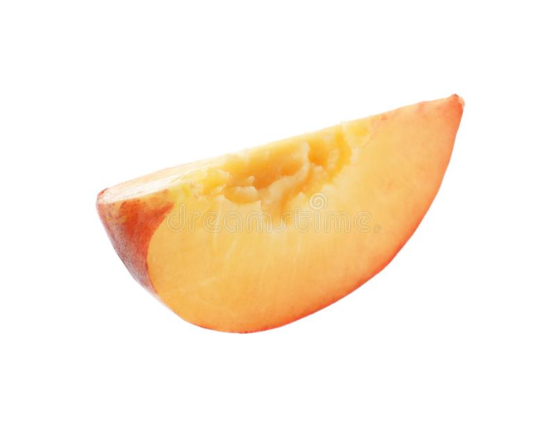 Skiva av den söta saftiga persikan på vit royaltyfria foton