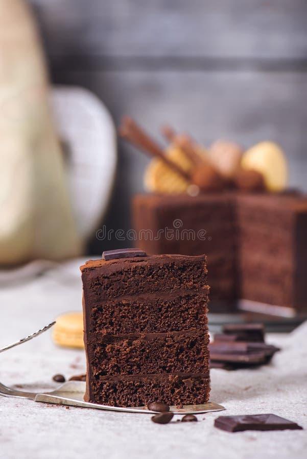 Skiva av en chokladkaka royaltyfria bilder