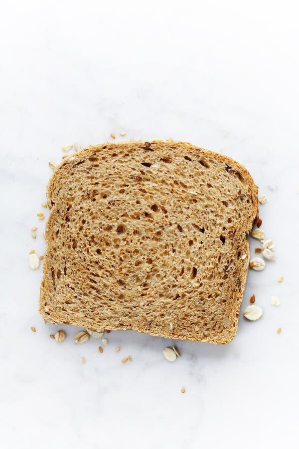 Skiva av ett bröd för helt vete royaltyfri foto