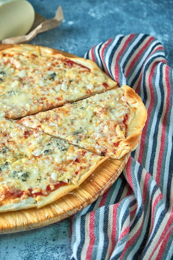 Skiva av för ostlunch för varm pizza stor sås för toppning för kött eller för matställeskorpa havs- med läckra spansk peppargröns arkivfoton