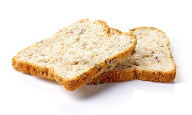 Skiva av mång- kornbröd som isoleras på vit royaltyfria foton