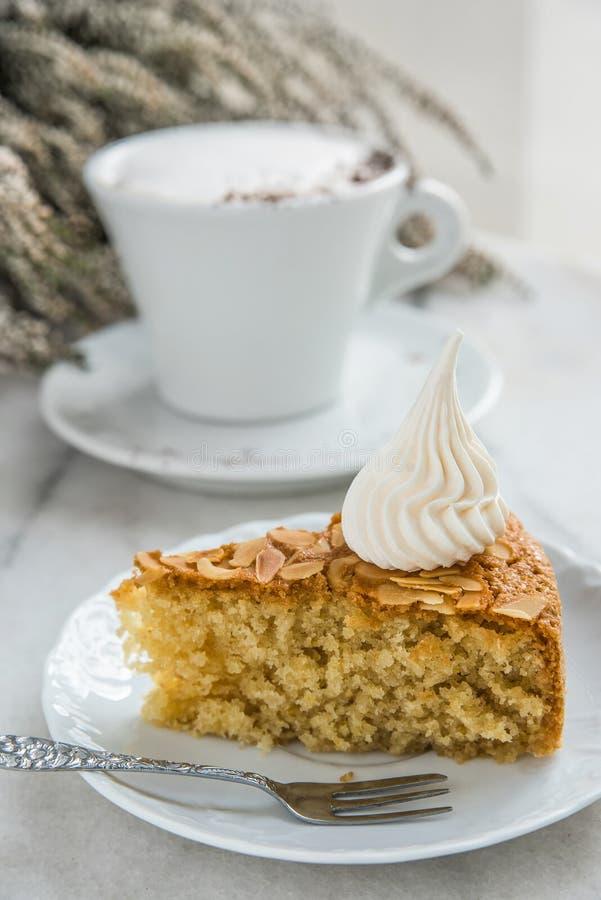 Skiva av mandelkakan och kaffe royaltyfria bilder