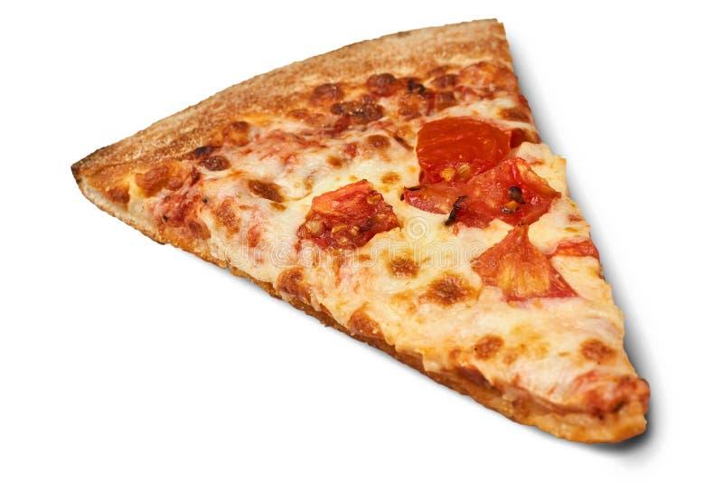 Skiva av närbilden för ostpizza som isoleras på vit bakgrund arkivbilder