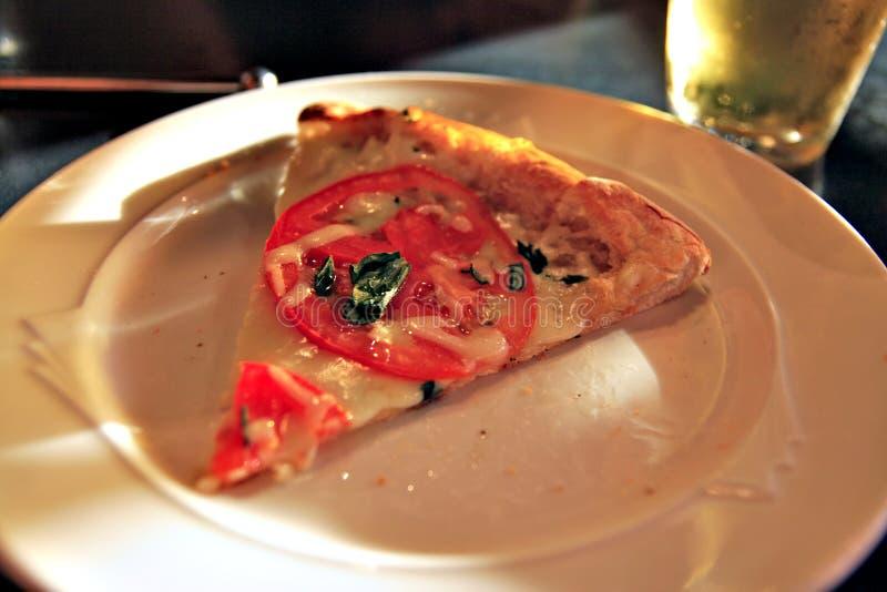 Skiva av Pizza på plattan arkivbild