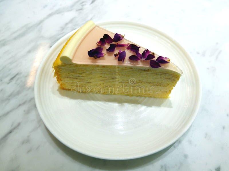 Skiva av Rose Flower Cake fotografering för bildbyråer