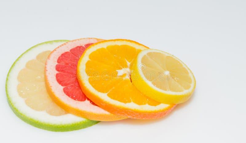 Skiva av sweetyen, den rosa grapefrukten, apelsinen och citronen fotografering för bildbyråer