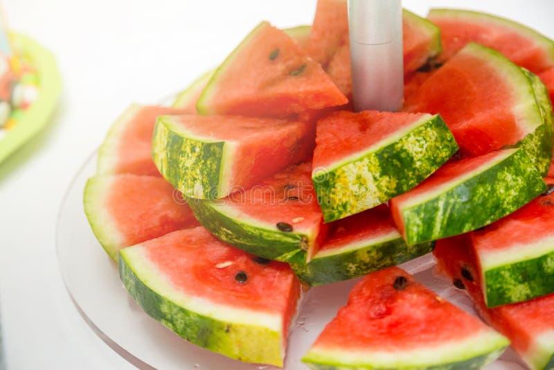Skiva av vattenmelon på det vita plattaslutet upp royaltyfria bilder