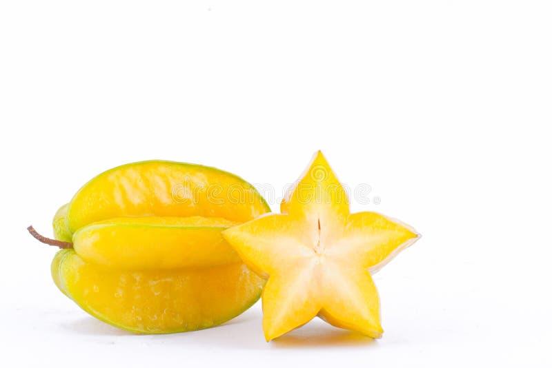 Skiva det mogna äpplet för carambolaen eller för stjärnan för stjärnafrukt & x28; starfruit & x29; på sund isolerad fruktmat för  arkivfoton