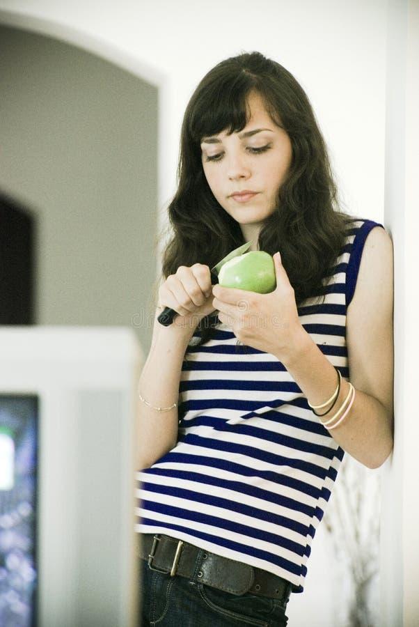 skiva för äppleflickaskalning royaltyfri fotografi