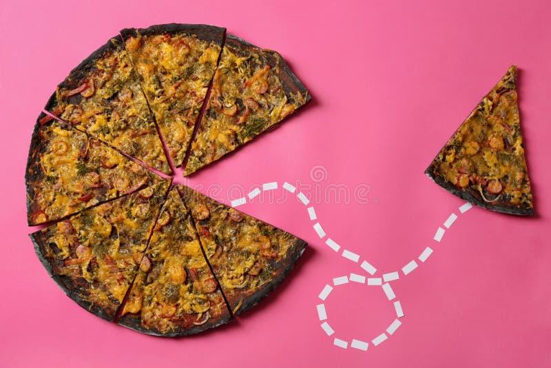Skiva förbindelse med svart pizza av den prickiga linjen på färgbakgrund arkivbild