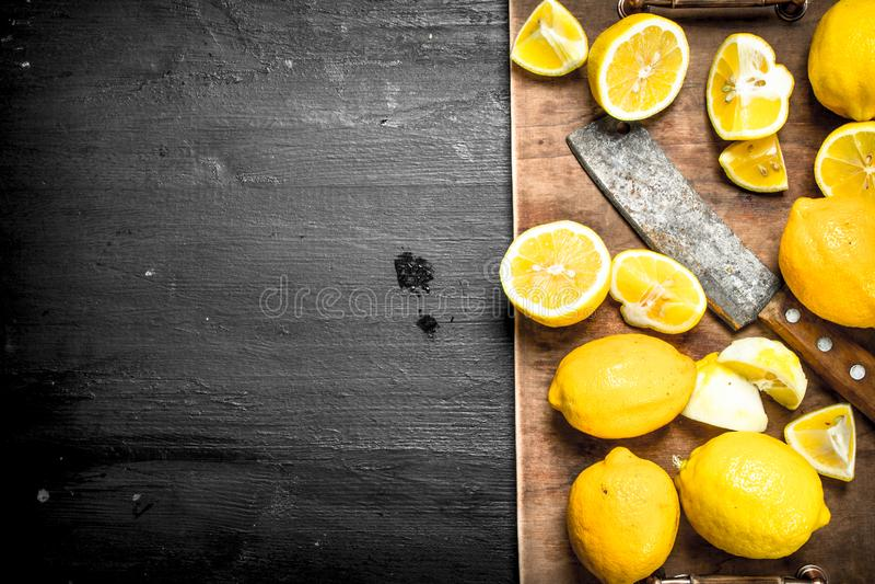 Skiva nya citroner på brädet arkivbilder