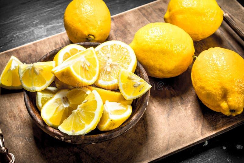 Skiva nya citroner på brädet royaltyfri foto