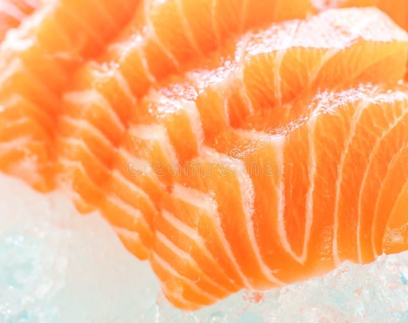 Skiva nya rå Salmon Red Fish Steak som isoleras på på en Backgroun arkivfoton