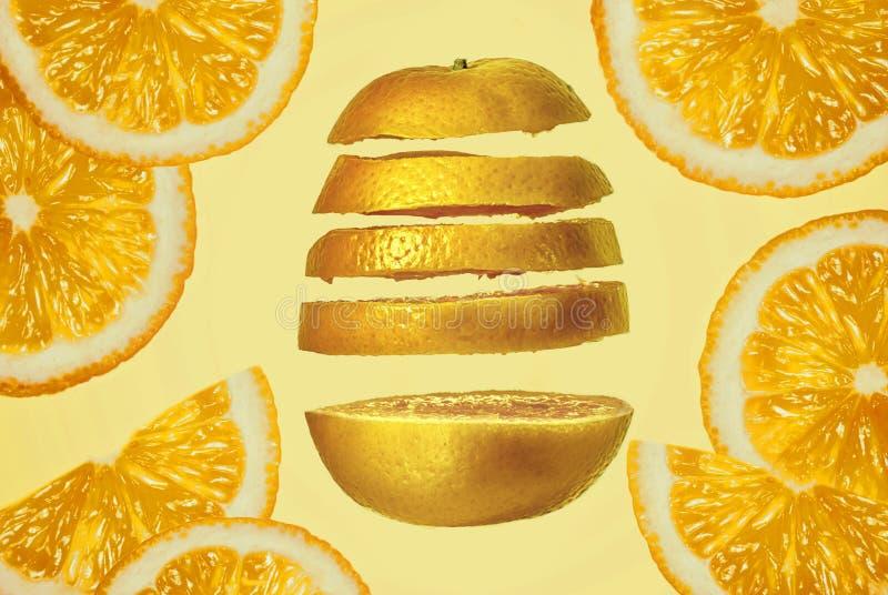Skiva vit mjuk bakgrund för ny saftig orange frukt för närbilden ljus genomdränkt orange arkivbilder