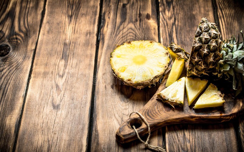 Skivad ananas på brädet royaltyfri fotografi