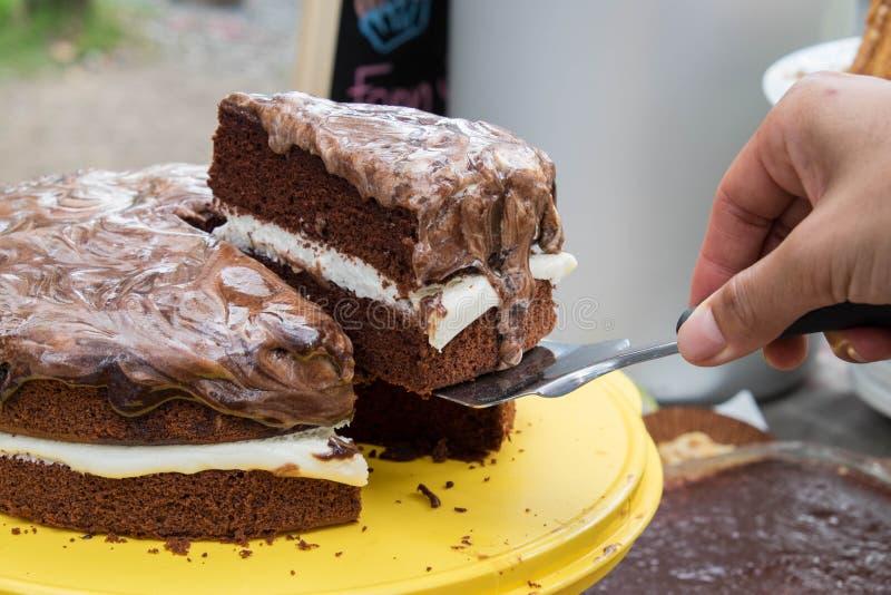 Skivad chokladlagerkaka royaltyfri bild