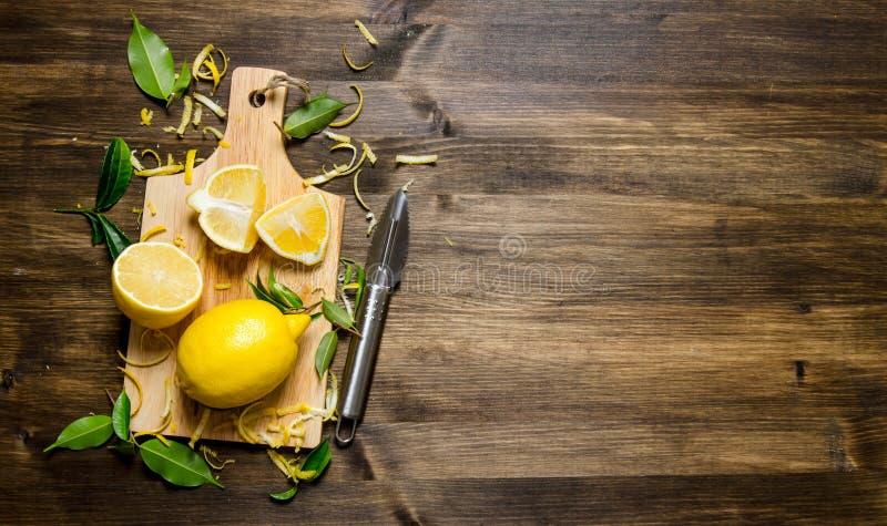 Skivad citron på brädet med sidor fotografering för bildbyråer