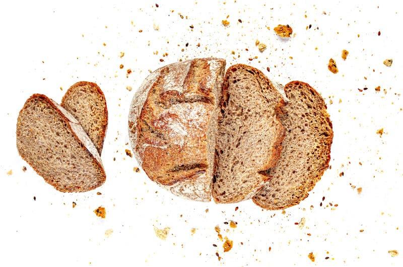 Skivad flerkornigt bröd isolerat på vit bakgrund Rågsegment med smulor Överkant Stäng arkivfoton