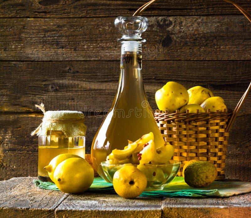 Skivad frukt för alkoholkvitten förbereder likör träinställningen royaltyfri fotografi