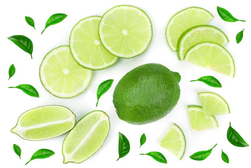 Skivad limefrukt med sidor som isoleras på vit bakgrund Top beskådar Lekmanna- modell för lägenhet royaltyfria bilder