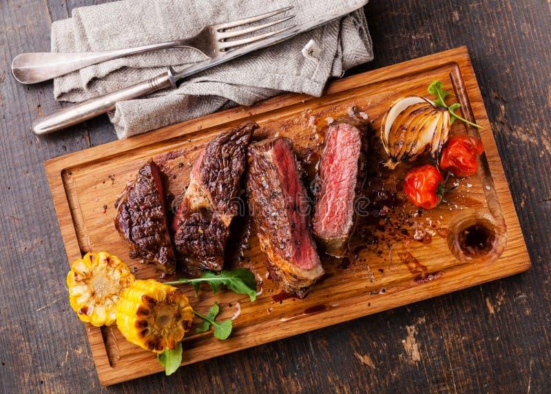 Skivad medelsällsynt grillad nötköttbiff Ribeye arkivfoton