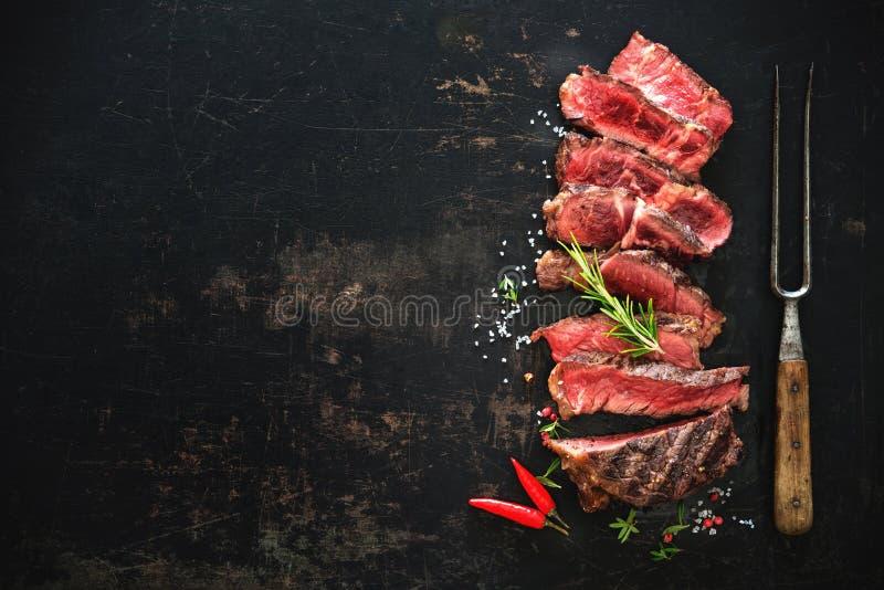 Skivad medelsällsynt grillad nötköttribeyebiff fotografering för bildbyråer