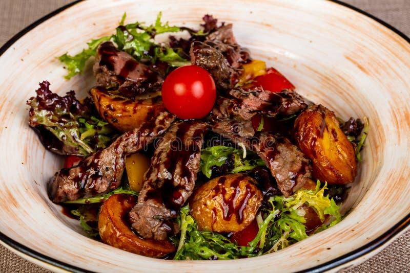 Skivad nötköttbiff med potatisen royaltyfri fotografi