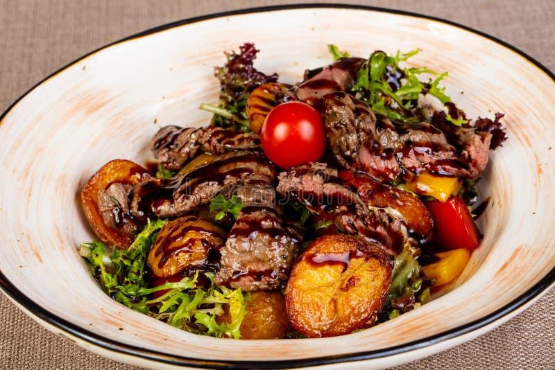 Skivad nötköttbiff med potatisen royaltyfri bild