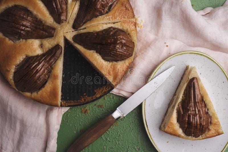 Skivad päronkaka ovanför sikt Italienskt recept för fruktkaka royaltyfri foto