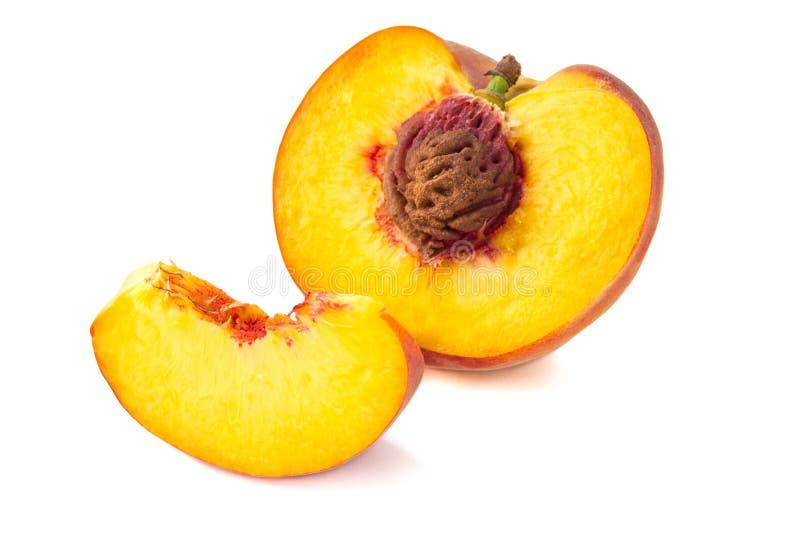 Skivad persika som isoleras på vit arkivbild