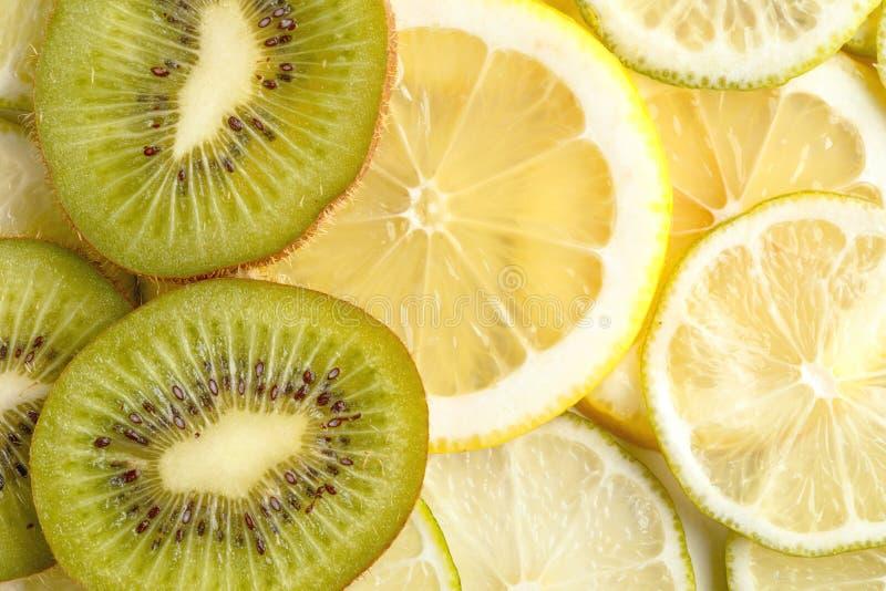 Skivad saftig citroner, limefrukt och kiwi ovanför sikt royaltyfri foto