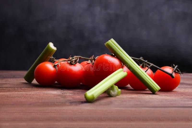 Skivad selleri och körsbärsröd tomat royaltyfri bild